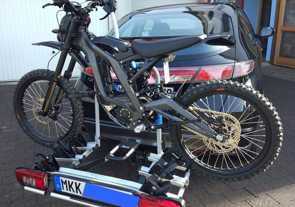 Sur-Ron elektromos motor szállítása autón